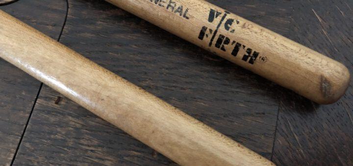 Alte Genossen: Mit den Vic Firth SD1 General – übrigens 1985 noch aus Hickory gefertigt – habe ich jahrelang mein Practice-Pad marode gespielt